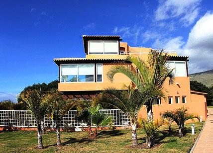 Bild und Link: Ansicht der Villa mit den Bergen im Hintergrund und dem Link zur Beschreibungsseite.