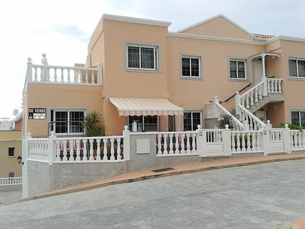 Link und Bild mit Blick auf das Haus wo sich das Apartment befindet in Torviscas Alto