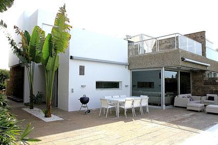 Bild und Link: Ansicht der Luxus Villa vom Pool aus und der Link zur kompletten Beschreibung der Immobilie.