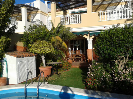 Bild und Link: Ansicht vom Pool vor der Villa und der Link zur kompletten Beschreibung der Villa.