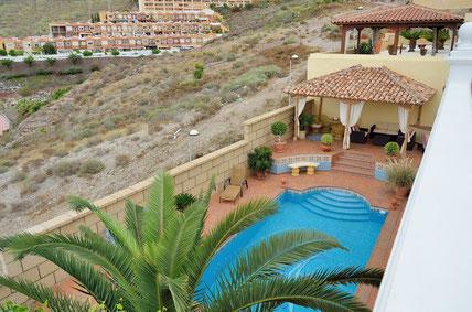 Bild und Link: Ansicht vom Pool der Villa und dem Link zur Beschreibungsseite.