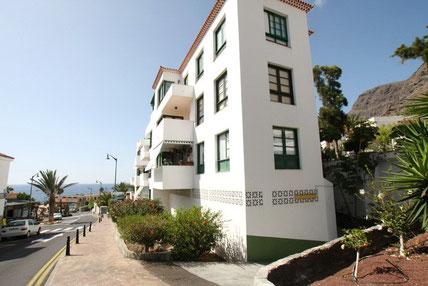 Blick auf das Wohnhaus, in dem das Apartment verkauft wird und auf das Meer von Los Gigantes. Der Link führt zur Beschreibung der Immobilie.