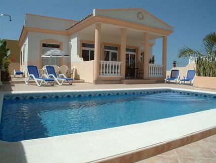 Bild und Link: Ansicht vom Pool der Villa und der Link zur Beschreibungsseite.