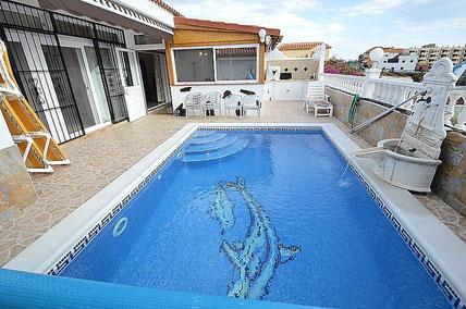 Bild und Link: Ansicht vom Pool der Villa mit Sommerküche und der Link zur Beschreibungsseite.