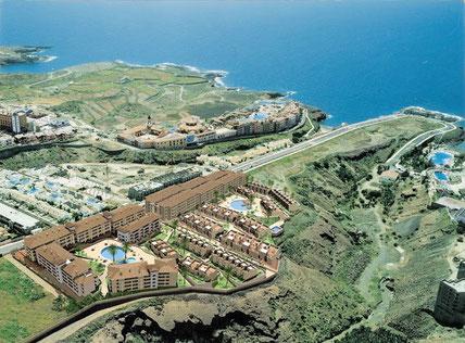 Blick auf die Wohnanlage und die Küste aus der Vogelperspektive