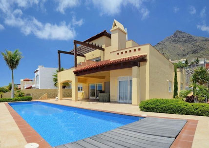 Bild und Link: Ansicht vom Pool der Villa mit Bergen im Hintergrund und der Link zur Beschreibungsseite.