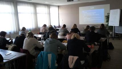 """14.02.2020: Seminar """"Sinneswahrnehmungen"""" als Fortbildungsveranstaltung für die PädagogInnen vom Land Steiermark im Jufa Hotel in Graz, durchgeführt von Roswitha Hafen."""