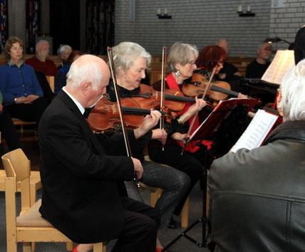 Ein Mix aus ehemaligen Berusmusikern und Hobbymusikern ist das Salon-Ensemble Beda