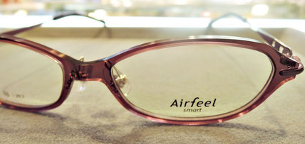 透明感のある前枠が素敵なデザインのメガネ。超弾性樹脂を使っていて機能的にも良く仕上がっています。