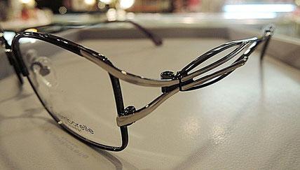 デザインの工夫によってメガネに立体感を与えて、掛けている人をオシャレにみせます。