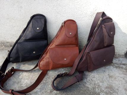 """Sacoche """"holster """" grand modèle, en cuir de vachette, doublé croûte de cuir, poche principale plus trois autres poches, bandoulière réglable. 29*34 cm. 145 euros."""