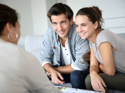Junges Paar bei der Finanzberatung