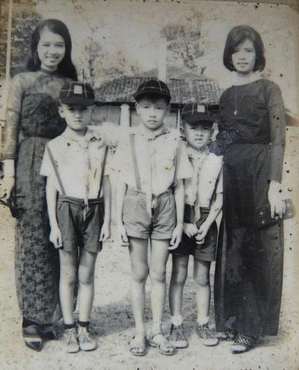 """1968. KIM-KHÔI AU CENTRE ENTOURE DE SES COPAINS """" BOY SCOUT """".A DROITE SA MAMAN, Mme NGUYÊN THI NGOC-TRÂM.."""