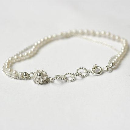 zilveren armband met witte parels en een zeeuwse knoop