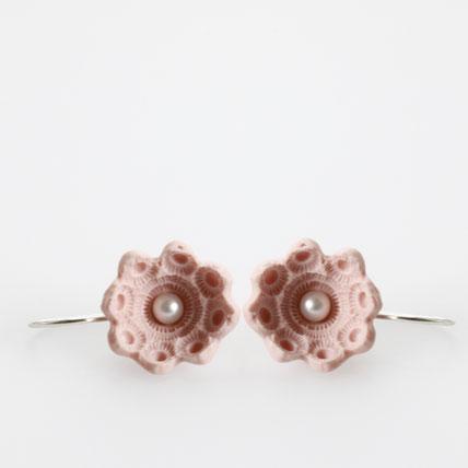 hangemaakte sieraden, porseleinen oorbellen met parels, sieradenwebshop