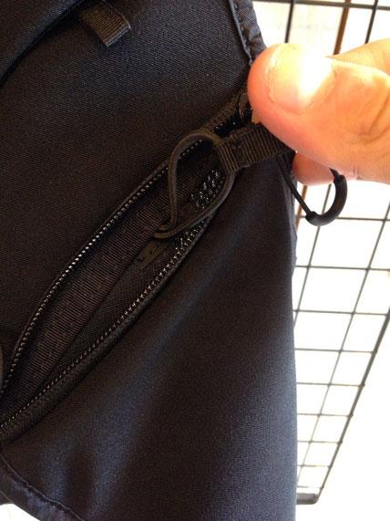 前面下部ストレッチメッシュポケット内のドリンクホルダー用のドローコード