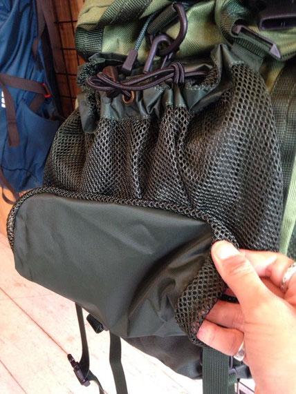 背面メッシュポケット(折りたたんで収納します)