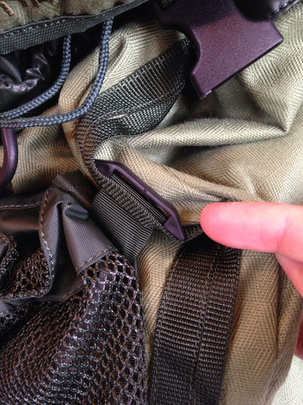 背面メッシュポケットは取り外し・位置移動が可能です。