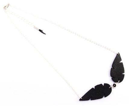 bijoux de créateur, création bijoux, bijoux cuir, collier cuir, collier plume, plume de cuir, collier noir, sarayana, création de bijoux,