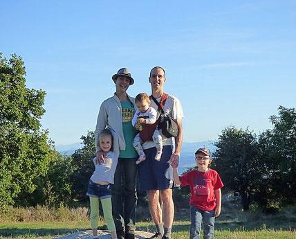 visuel: photo d'une famille avec enfants