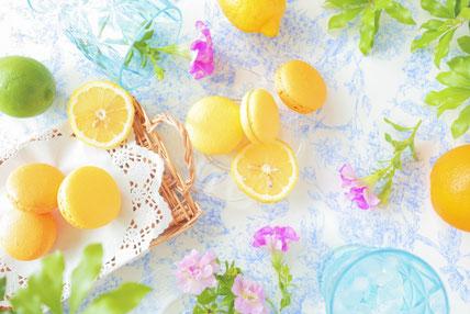 オレンジの輪切りがいっぱい載ったタルト。レモンの輪切りが浮かんだ紅茶のカップ&ソーサ。