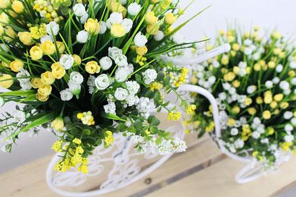 木製のボックスに活けられた観葉植物。