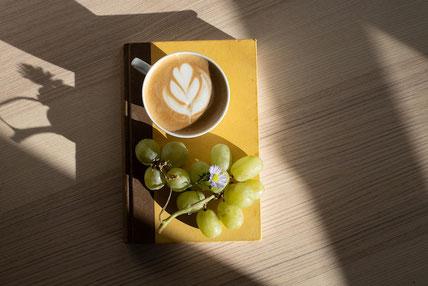 ギンガムチェックの包装紙のギフトボックス。ミニサイズのアップルパイ。白のバラ。