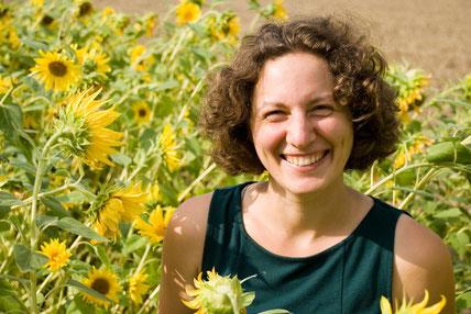 Mara Dewenter im Sonnenblumenfeld