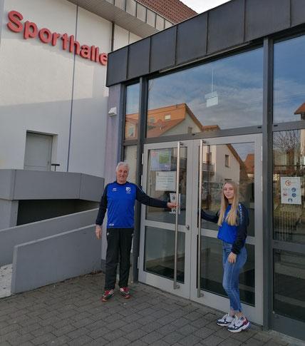 Norbert Fürst und Rebecca Schneider vor verschlossener Hallentür