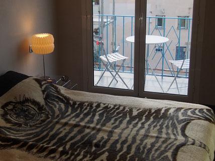 Nice Centre-Luxe-Terrasse, sa grande chambre et le balcon filant des chambres avec sa table bistrot