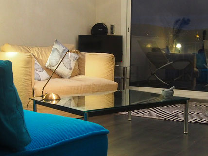Nice Centre-Luxe-Terrasse, son luxueux salon, smart-TV Samsung et enceinte hifi Harman-Kardon