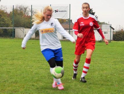 FSG-Spielerin Janina Görlich (l.) setzt sich gegen Hartenrods Stürmerin durch.