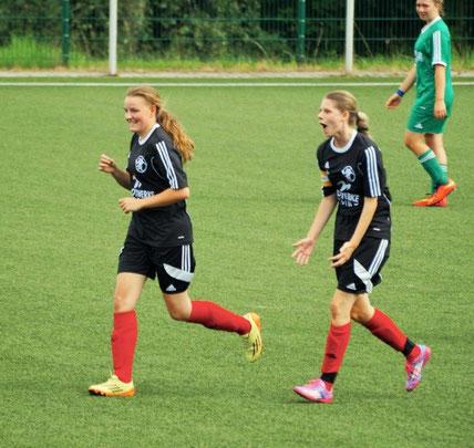 Freude über das 2:0 gegen den VFL Fellerdilln bei Torschützin Larissa Henß (r.) und Nina Schuback (l.), die die Vorlage servierte