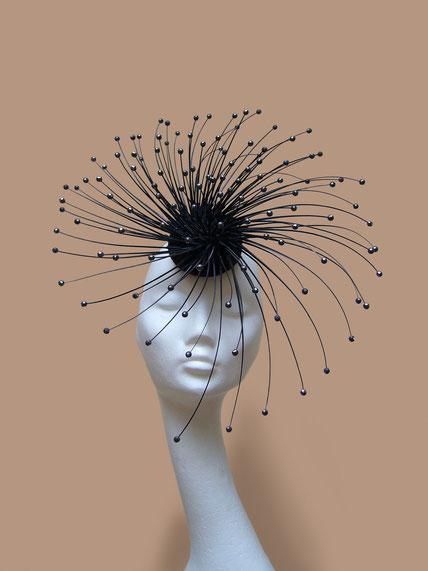 Ornito Kopfschmuck mit geschnittenen Federkielen und Edelstein von Markus Ehrhard gefertigt