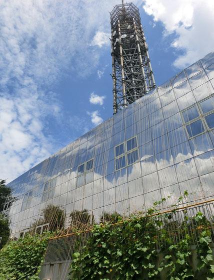 8月3日(2016) 空を映す建物:8月2日、多摩六都科学館(西東京市)にて。建物の上に見えているのが、近くにあるスカイタワー西東京です