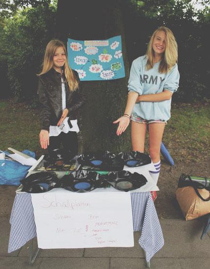 Zwei Teilnehmerinnen an ihrem Verkaufsstand