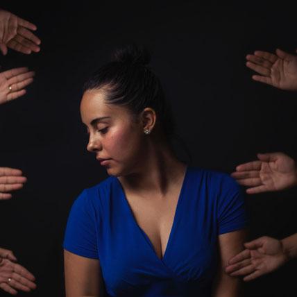 Burnout und Stress führen zu Isolation von anderen Menschen da alle etwas von uns wollen. Wir wollen aber nur innere Ruhe finden aber der Anfang ist so schwer. Wenn wir Meditation nutzen um wieder zu uns zu kommen können wir uns schützen und resistenter