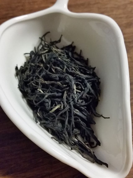 紫娟茶(オーガニックプーアル) 茶葉・・・外形は深みのある黒褐色、大きさは均一