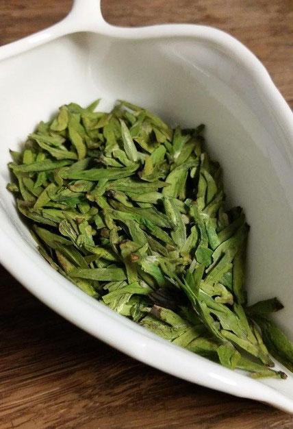 龍井茶(一春) 茶葉・・・一心二葉が多いが、焦げたような部分も多い。色も疎らか。