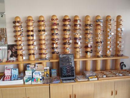 当店のサングラスたち。ブルーカットレンズや偏光・調光レンズも人気。