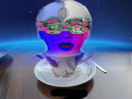 Ein Alien Kopf taucht aus einer Untertasse auf. Ein beliebtes Thema aus Science-Fiction Filmen.