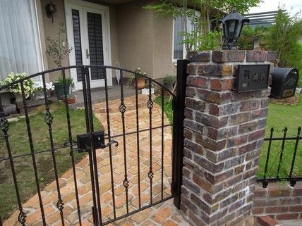 鋳物門扉とサイン