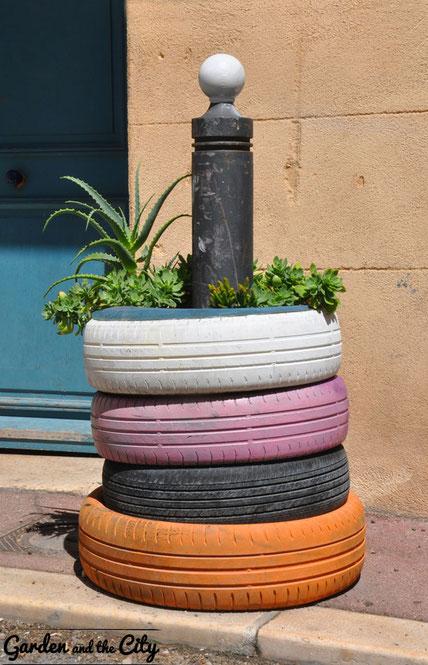 Tour de pneu recyclée en pot de fleurs