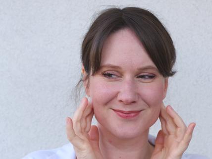 Katharina Veith zeigt Übung für M. Masseter