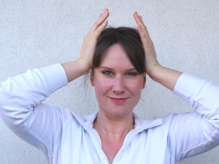 Katharina Veith Logopädin zeigt Übung für M. Temporalis