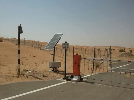 Solar betriebene Schrankenanlage in den VAE. / Solar power entrance to a camel farm in the UAE.