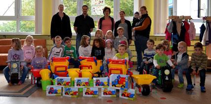 Die Elternbeiratsvertreter bei der Übergabe der neuen Spielsachen an die Kids