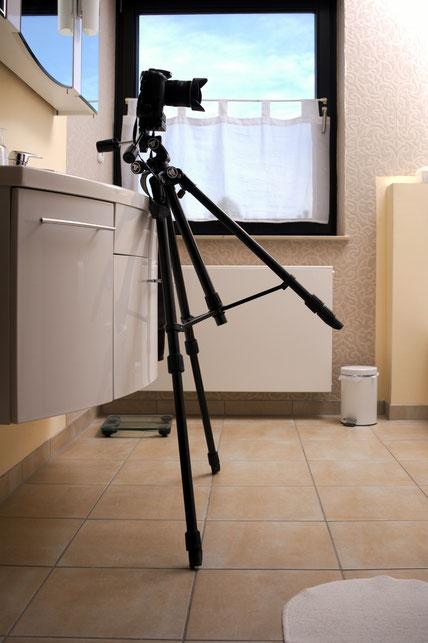 Kein Immobilienfoto: Dreibeinstativ mit zwei ausgefahrenen Beinen angelehnt.