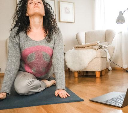 Yoga zu Hause im Wohnzimmer: Erholung pur!