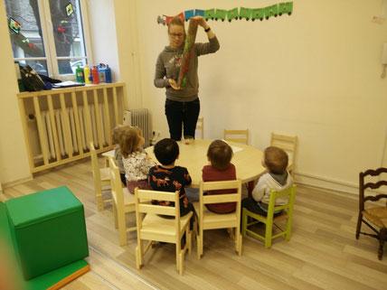 Josephine Metasch bastelt mit den Kindern im deutschen Kindergarten in Riga